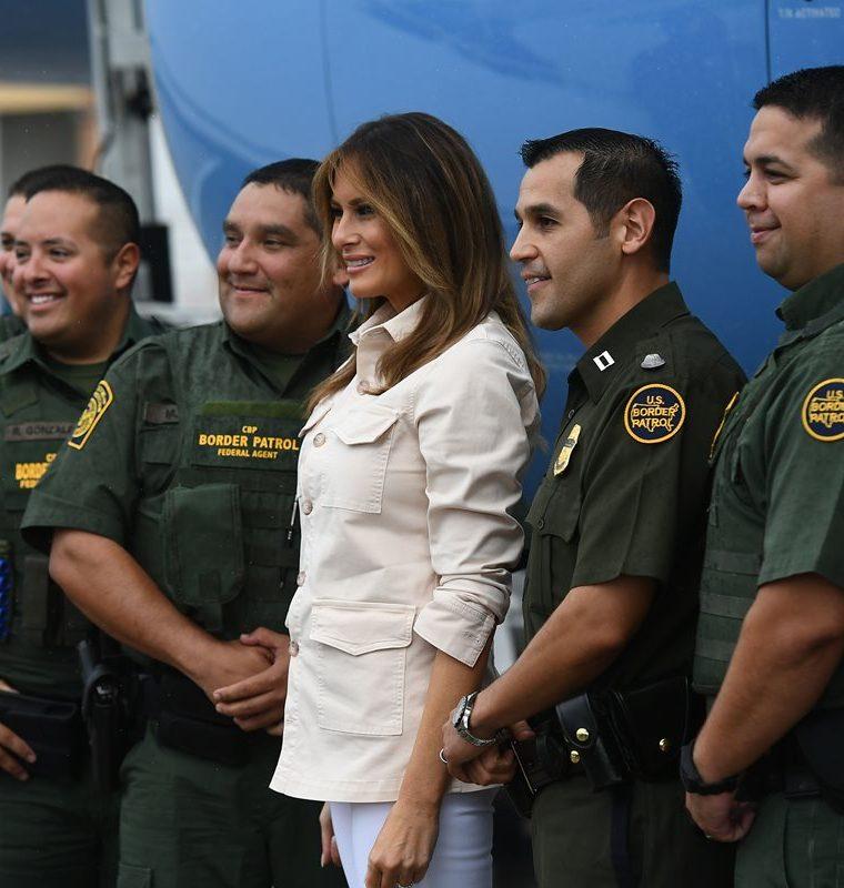 Melania Trump, llegó este jueves a la frontera con México para visitar un albergue en el que permanecen niños inmigrantes. (Foto Prensa Libre: AFP)