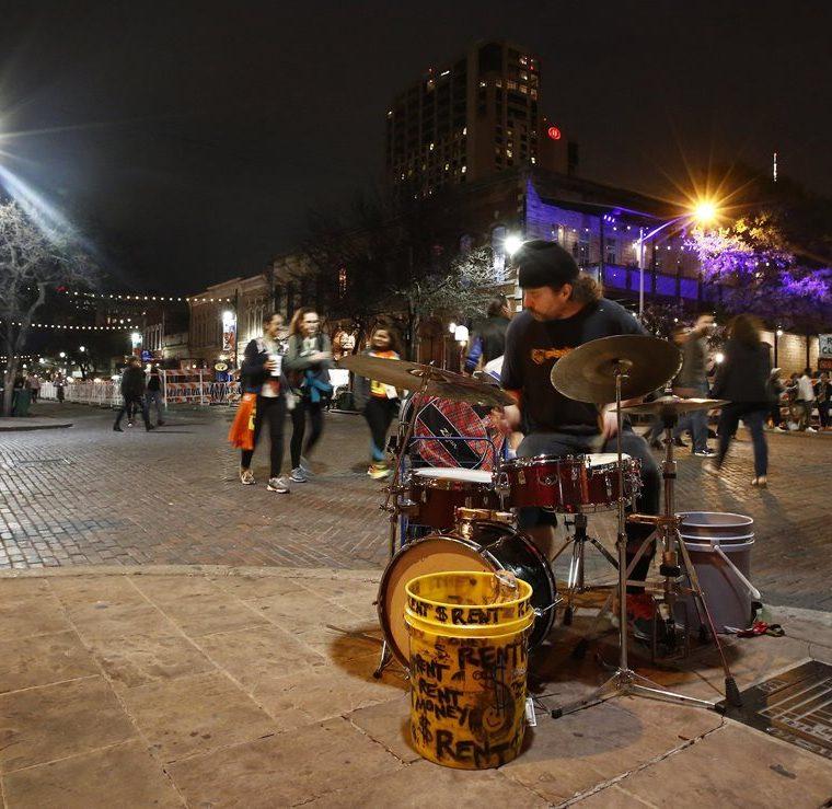 Un musico toca la batería en el primer día del festival  South by Southwest en Austin, Texas. (EFE).