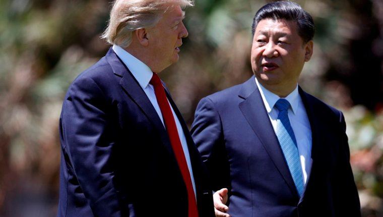 Los presidentes de EE.UU., Donald Trump, y de China, Xi Jinping, en la residencia Mar-a-Lago de Palm Beach. (Foto Prensa Libre: AFP)