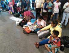 Vendedores se instalan en la acera de la 6a. avenida y 13 calle de la zona 1, pese a la prohibición municipal. (Foto Prensa Libre: Estuardo Paredes)