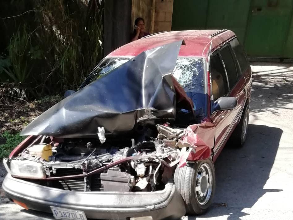 Dos personas resultaron heridas en un accidente en el kilómetro 205 de la ruta de las Verapaces. (Foto Prensa Libre: Eduardo Sam)