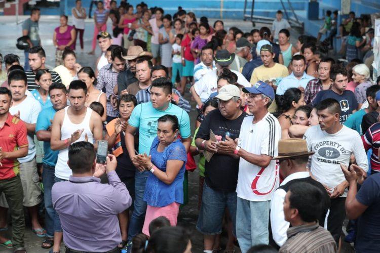 Después de una charla, las personas afectadas por la erupción del Volcán de Fuego agradecen las atenciones de los voluntarios.