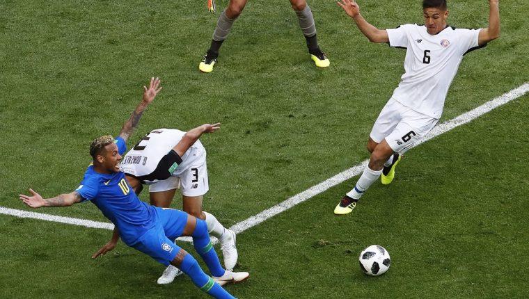 Jugada en la que Neymar pedía penalti pero el árbitro, después de revisar el VAR, no lo marcó. (Foto Prensa Libre: EFE)