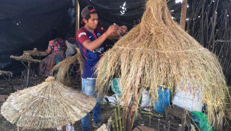 Vendedores se instalan en los campos del Roosevelt en donde ofrecerán productos para la temporada navideña. (Foto Prensa Libre: Alberto Cardona)