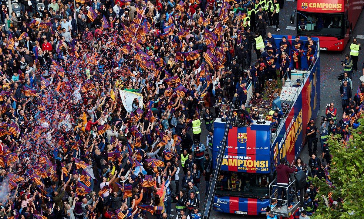 Jugadores del Barcelona festejaron con su afición. (Foto Prensa Libre: EFE)