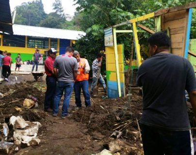 En San Miguel Petapa debido a la lluvia colapsó un muro contención de la escuela del sector 8 en Villa Hermosa. La Conred llegó para evaluar los daños. (Foto Prensa Libre: Conred)
