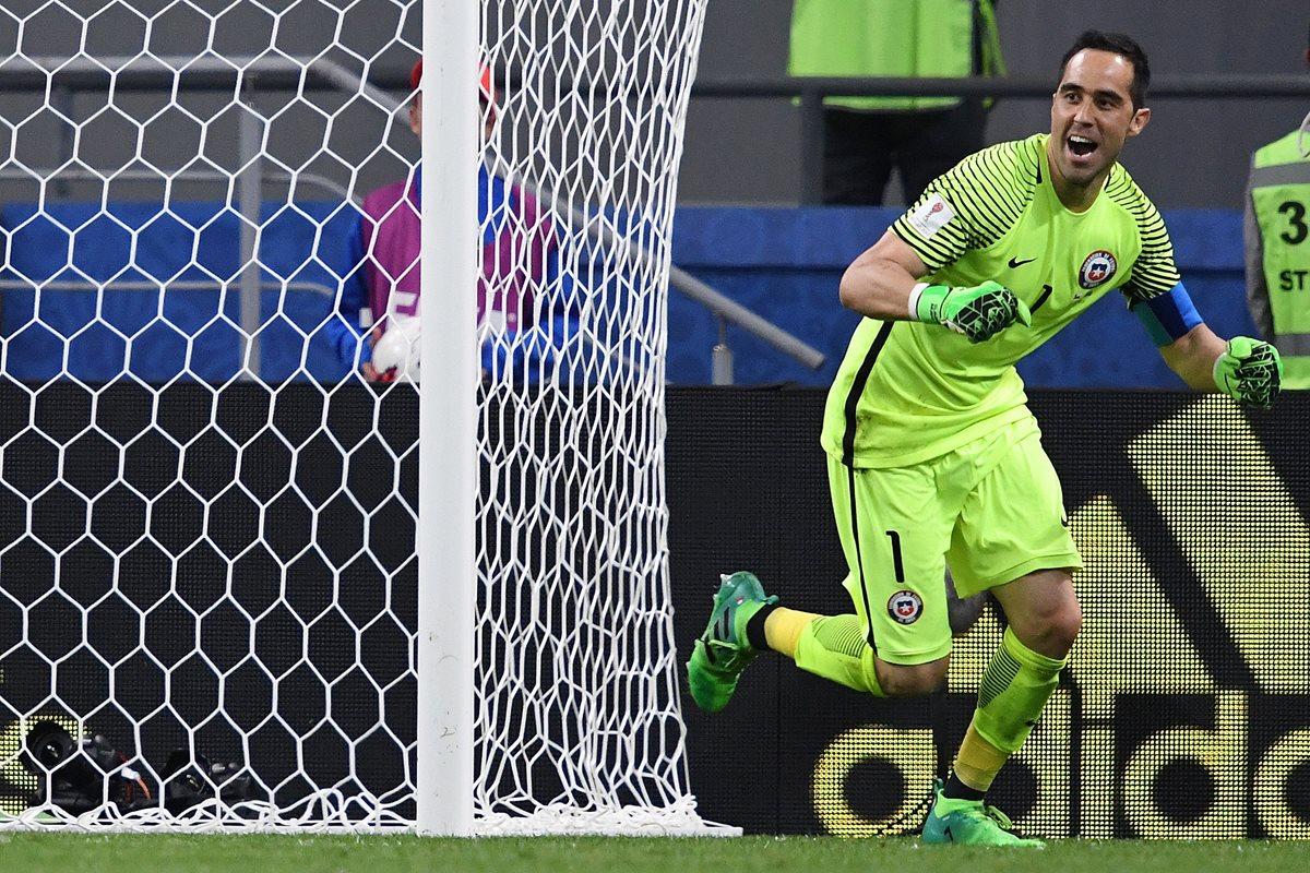 Claudio Bravo corre y celebra después de atajar el último penalti con el que Chile eliminó a Portugal. (Foto Prensa Libre: AFP)