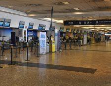 El aeropuerto de Miami resistió ráfagas de casi 100 millas por hora y daños sostenidos, producidos por el agua de Irma el pasado domingo, según el director de la aviación y CEO Emilio González. (Foto Prensa Libre: EFE)