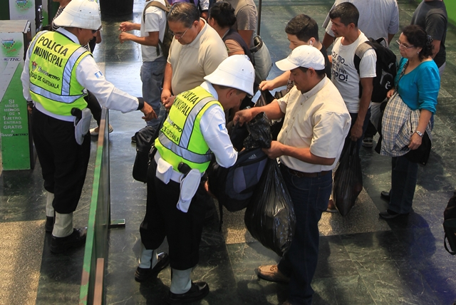 Agentes de la PMT de Guatemala revisan a los usuarios de Transmetro, en la estación El Trébol. (Foto Prensa Libre: Esbin García)