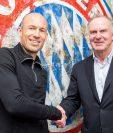 El holandés Arjen Robben se estrecha la mano con el presidente del consejo directivo del Bayern Karlheinz Rummenigge. (Foto Prensa Libre: Bayern Munich)