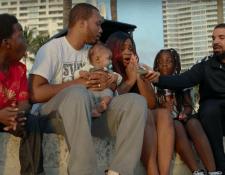 Drake ayuda a una familia en el video de su canción God's Plan (Foto Prensa Libre: YouTube).