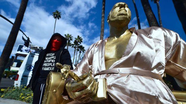 Plastic Jesus es el seudónimo del artista urbano anónimo que esculpió la estatua. AFP