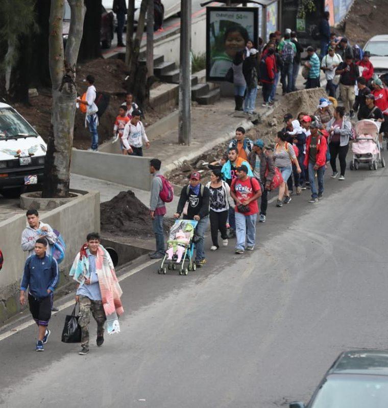 Un grupo de cientos de migrantes hondureños avanza por el Anillo Periférico rumbo a la frontera con México, donde los esperan más personas. (Foto Prensa Libre: Óscar Rivas)