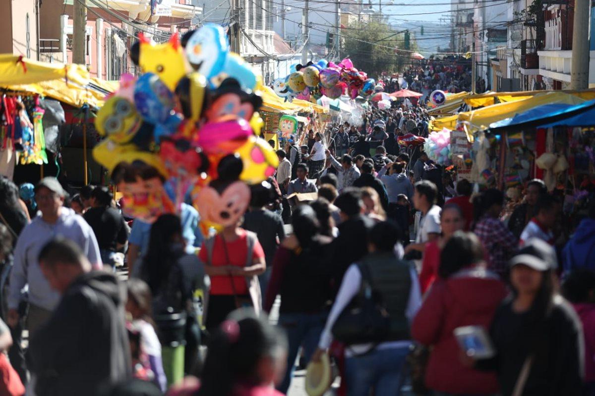 Un pequeño mercado se encuentra en las calles aledañas a la iglesia con ventas de ropa, comida, imágenes y servicios fotográficos.