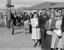 Una fila de internos japoneses-estadounidenses en el campo de San Bruno, California. DOROTHEA LANGE