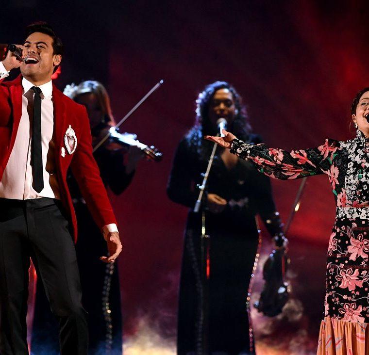 Carlos Rivera junto a Natalia Lafourcade cantan en los Latin Grammy (Foto Prensa Libre: AFP).