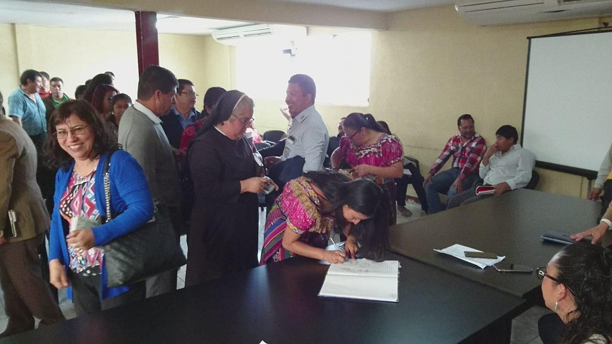 Directores de establecimientos educativos firman acta en la que se confirma la suspensión del desfile cívico de ese 15 de septiembre en Santa Cruz del Quiché. (Foto Prensa Libre: Héctor Cordero).