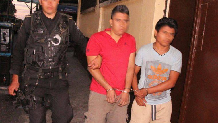 Dos de los capturados durante persecución en Masagua, Escuintla. (Foto Prensa Libre: PNC).