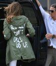 El presidente Trump, publicó en su cuenta de Twitter que el mensaje en la prenda que llevó su esposa iba dirigido a los medios de comunicación. (Foto Prensa Libre : AFP)