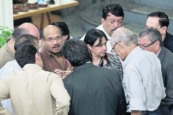 Los decanos  se reúnen en grupos, durante un largo receso, para discutir los nombres que faltaban. (Foto Prensa Libre: Álvaro Interiano)