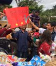 Érick Barrondo comparte con los pequeños en la comunidad de Baleu, San Cristóbal Verapaz. (Foto Prensa Libre: Eduardo Sam Chun)