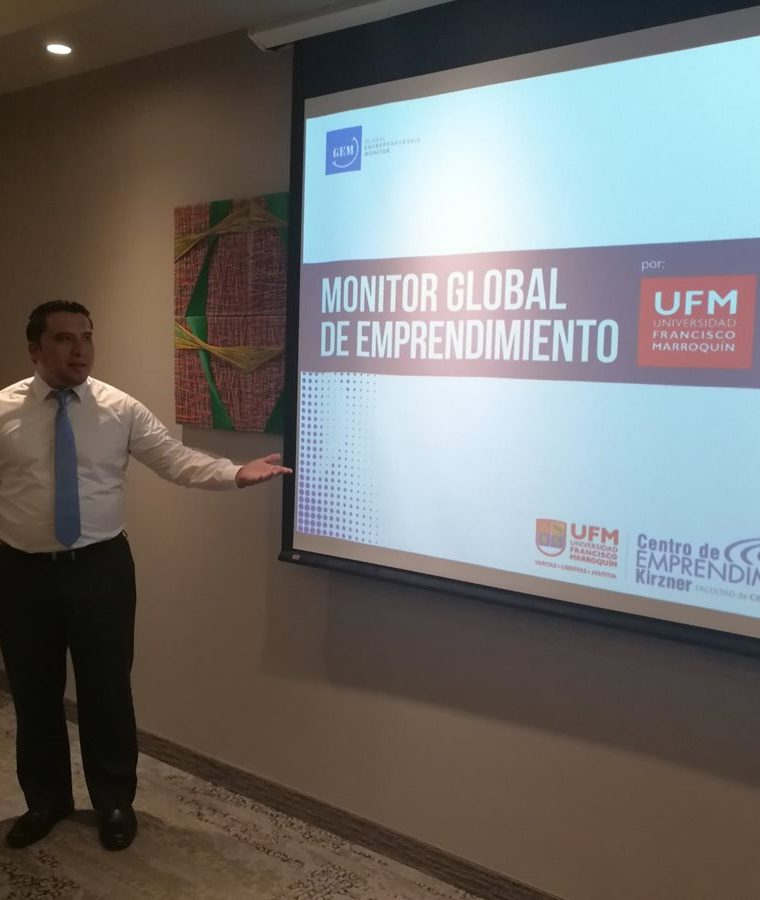 David Casasola director del Monitor Global de Emprendimiento GEM de la UFM, presentó los datos del estudio. (Foto Prensa Libre: Urías Gamarro)