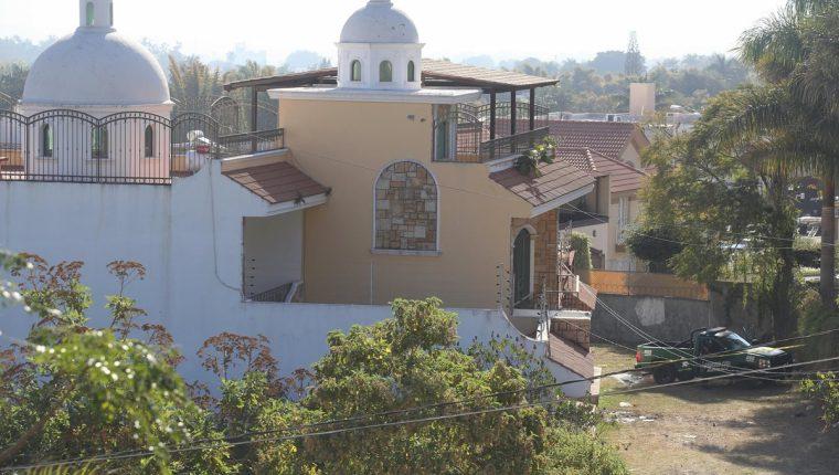Vista de una casa con orificios de arma de fuego en la Colonia Lindavista, de Tepic (México), donde ocurrió la balacera. (Foto Prensa Libre: EFE)