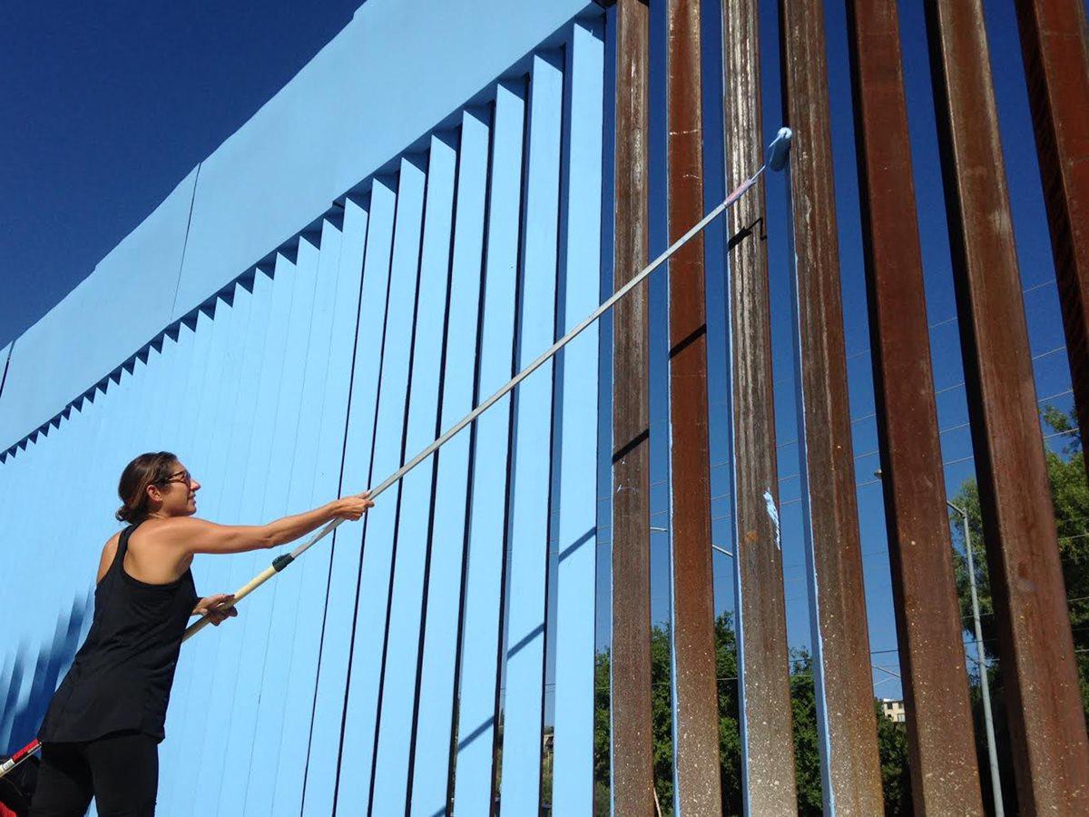 "Ana Teresa Fernández, artista mexicana intenta ""borrar"" el muro. (Foto Prensa Libre: AP)."