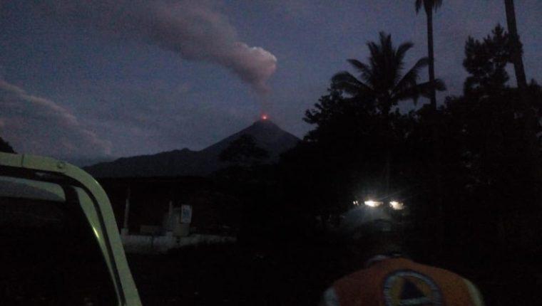 Volcán de Fuego visto desde la comunidad La Reina en la cabecera de Escuintla. (Foto Prensa Libre: Conred)