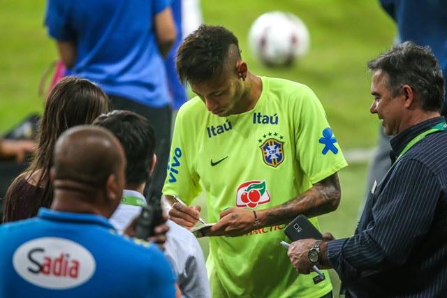 Neymar deberá pagar una multa al fisco en Brasil. El delantero del Barcelona ha sido perseguido. (Foto Prensa Libre: AFP)