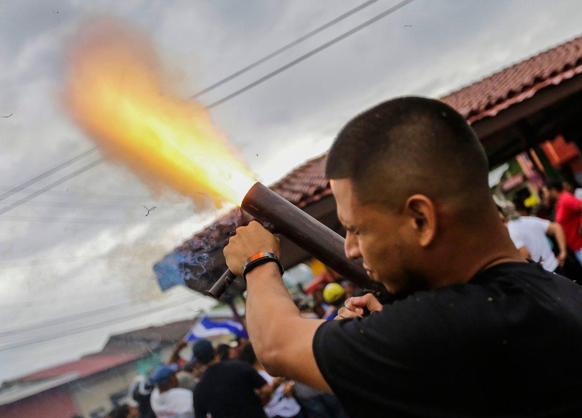 Se teme que la suspensión del diálogo cause una escalada en Nicaragua. Un estudiante lanza una bomba casera. (Foto Prensa Libre: AFP)