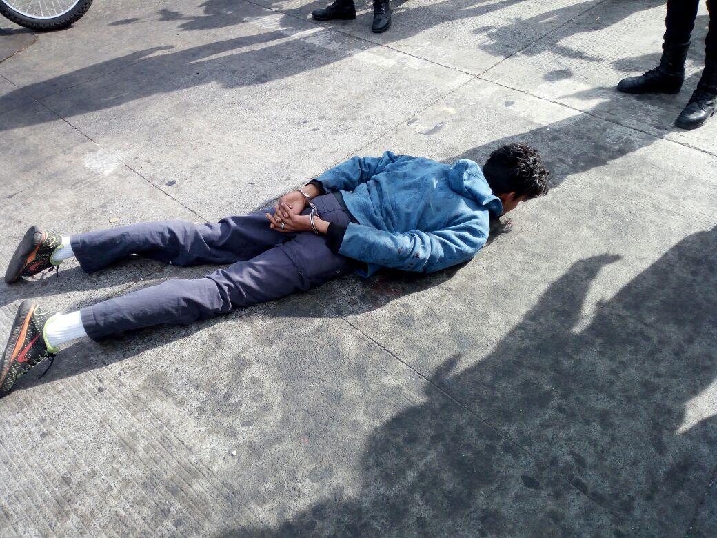 Rony Estuardo Moreno Cadenas, de 19 años, fue aprehendido en la zona 12 de la capital, sindicado de robar un automóvil. (Foto Prensa Libre: PNC)