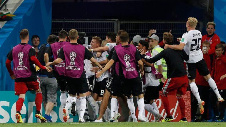 Los jugadores de la Selección de Alemania festejaron el gol de Toni Kroos. (Foto Prensa Libre: AFP)