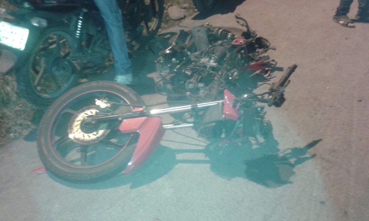 Motocicleta queda destruida luego de choque contra tráiler en Santa Lucía Cotzumalguapa, Escuintla. (Foto Prensa Libre: Carlos E. Paredes)