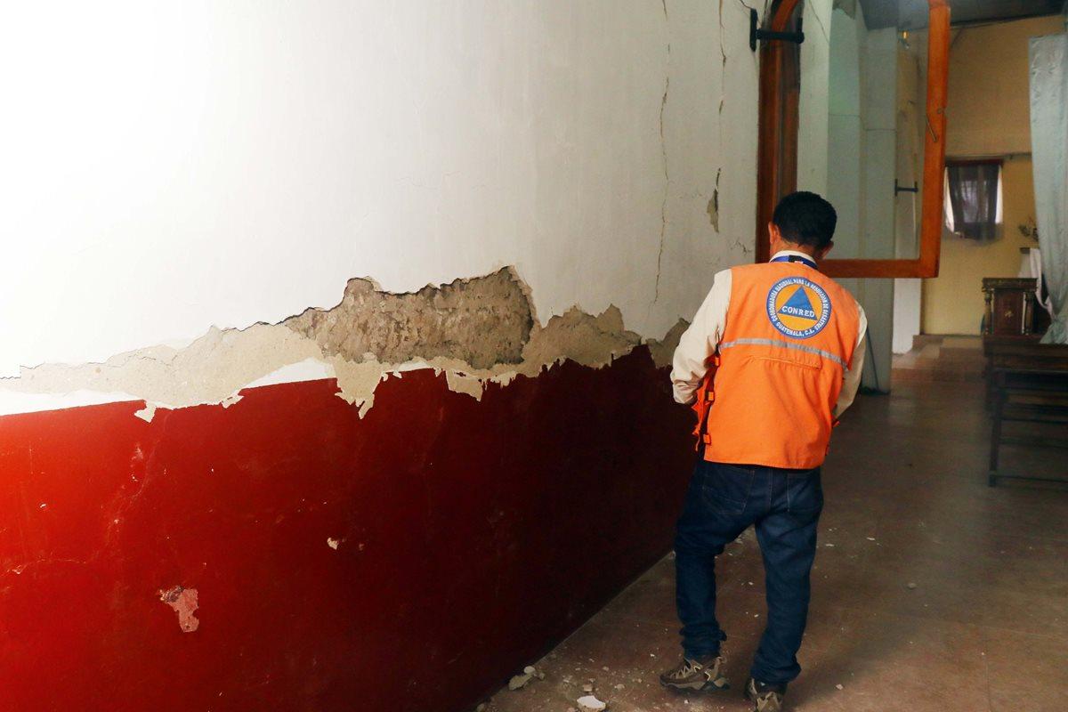 Personal de la Conred inspecciona las paredes de la parroquia de San Sebastián. (Foto Prensa Libre: Rolando Miranda)