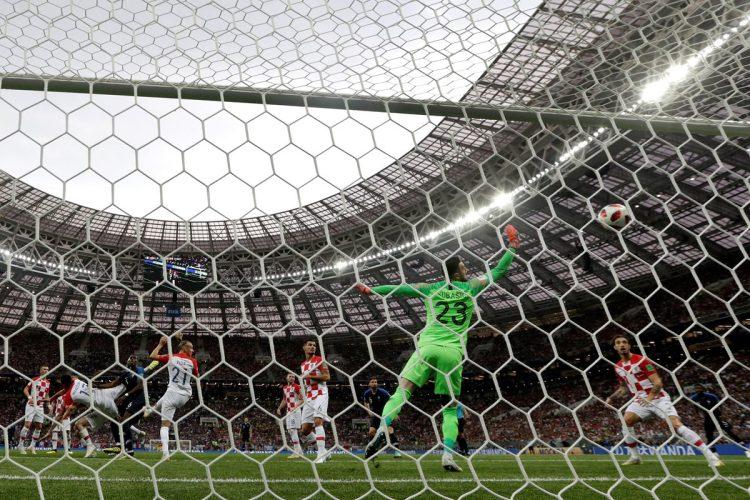 La primera anotación fue un autogol debido al desvío del balón de parte de Mario Mandzukic al portero Danijel Subasic por un tiro libre que lanzó Antoine Griezmann.
