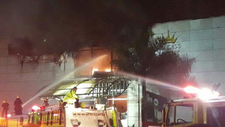 El incendio que se originó en un centro comercial de la calzada Roosevelt y 14 avenida de la zona 7 fue controlado por más de 50 bomberos.