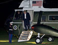 El presidente Trump desciende del Marine One después de regresar de su gira de 12 días por Asia. (Foto Prensa Libre: EFE)
