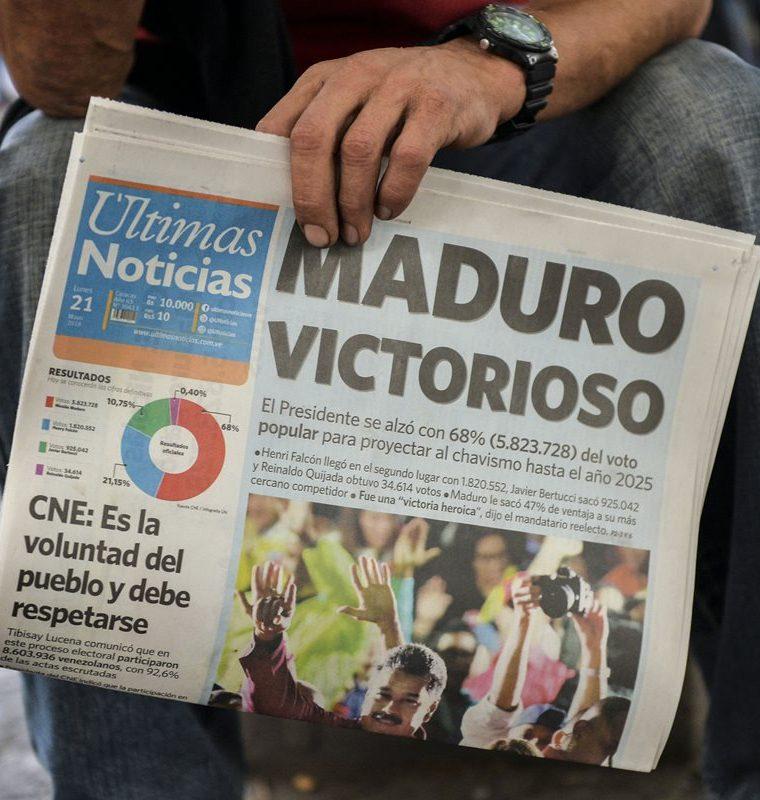 Un periódico destaca la victoria de Nicolás Maduro en las elecciones presidenciales venezolanas en Caracas.(AFP).