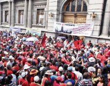 En noviembre de 2014 cientos de trabajadores del Ministerio de Salud apoyaron la aprobación del Presupuesto 2015 frente al Congreso.