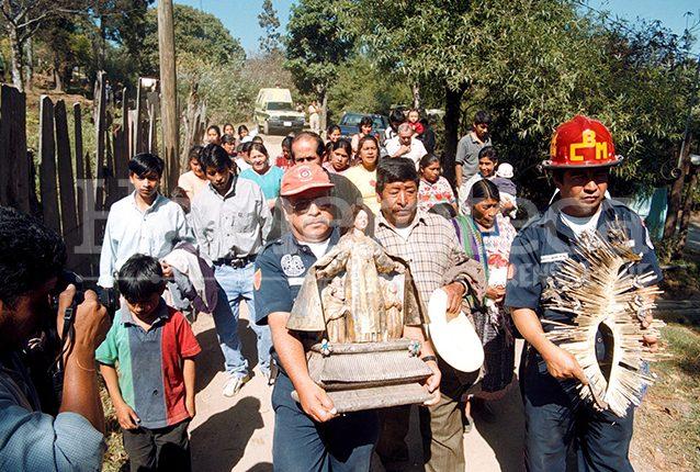Bomberos municipales cargan la imagen de la Virgen del Carmen y su resplandor en la aldea Xetzak, Tecpán Chimaltenango donde fue recuperada el 5 de marzo de 2003. (Foto: Hemeroteca PL)