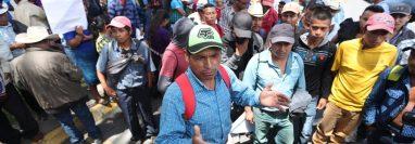 Un dirigente explica a los manifestantes que fueron engañados y que se retirarán de la sede de la Cicig. (Foto Prensa Libre: Esbin García)