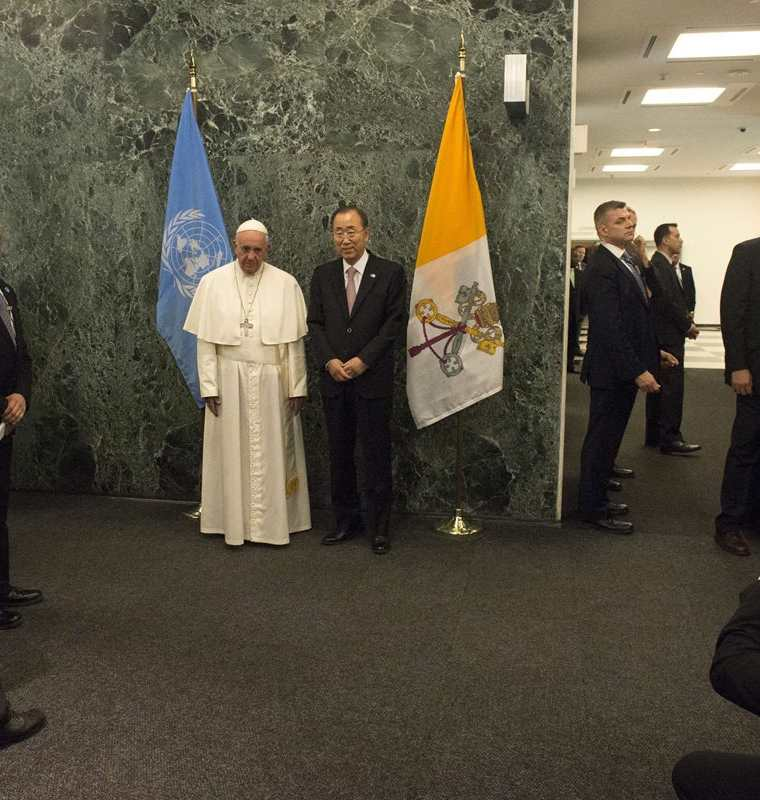 Pope Francis and UN Secretary-General Ban Ki-moon pose for photographs at UN headquarters in New York, September 25, 2015. AFP PHOTO/POOL/DARREN ORNITZ