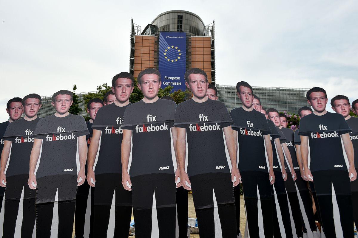 """Activistas globales de Avaaz, montaron recortes de cartón del jefe de Facebook Mark Zuckerberg, en el que está escrito """"Fix Fakebook"""", frente a la sede de la Unión Europea en Bruselas. (Foto Prensa Libre: AFP)"""