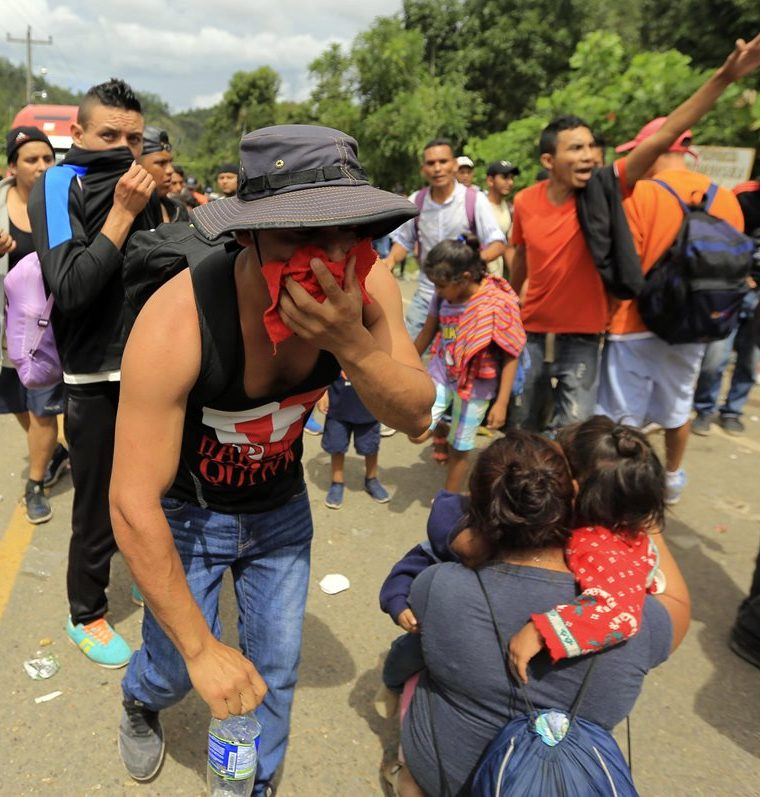 Migrates hondureños intentan cruzar un retén policial en un punto fronterizo entre Honduras y Guatemala. (Foto Prensa Libre: Cortesía agencia Xinhua)