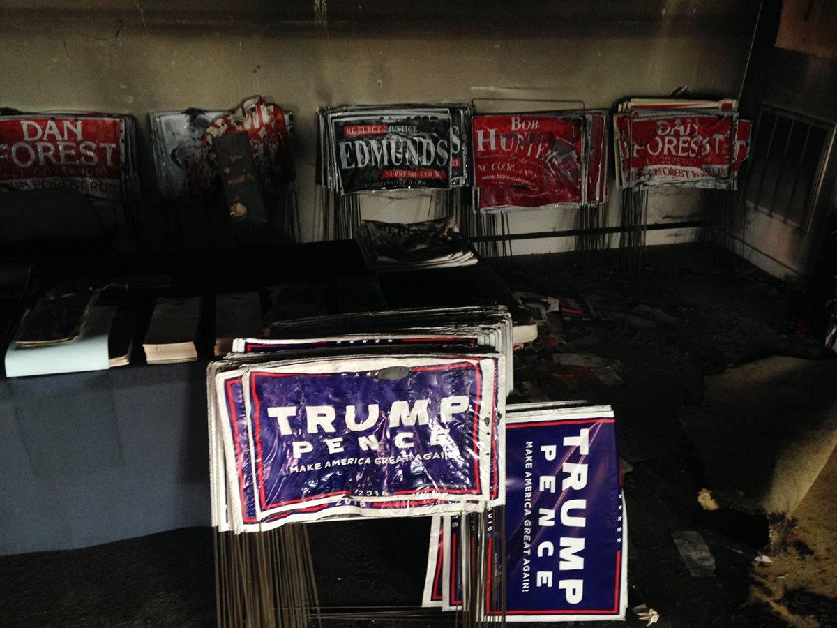 Los atacantes lanzaron botellas con líquido inflamable a través de la ventana frontal del local del partido republicano.(Foto Prensa Libre: AP)