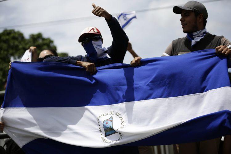 """Cientos de nicaragüenses participan en la caravana """"Nicaragua no olvida, Nicaragua no se rinde"""". Exigen el desarme de los grupos armados a fines al Gobierno de Daniel Ortega."""