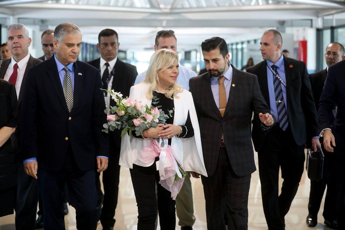 Sara Netanyahu (centro), esposa del primer ministro de Israel, Benjamín Netanyahu, acompañada de funcionarios, arriba al país. (Foto Prensa Libre: EFE)