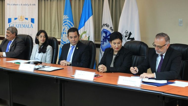 Funcionarios firman acuerdo de cooperación para investigar denuncias de corrupción en Salud. (Foto Prensa Libre: Esbin García)