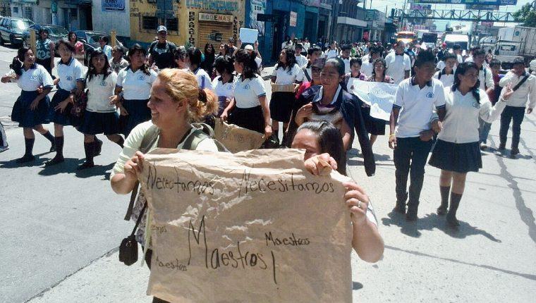 ESTUDIANTES DEL INEB SAN JUAN DE DIOS, SALIERON A PROTESTAR PARA EXIGIR MAESTROS